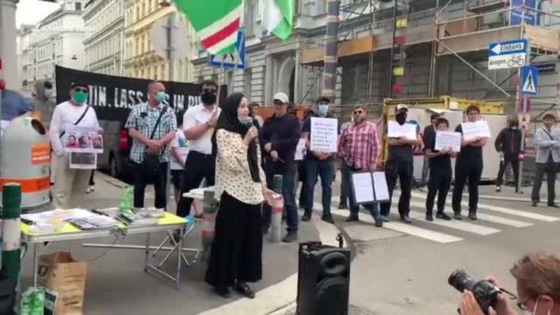 Эмигранты из Чечни митинговали перед посольством РФ в Вене