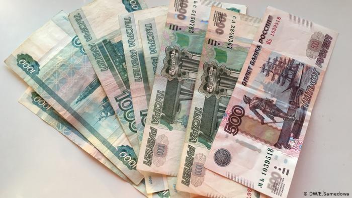 Рубль обвалился на фоне сообщений о новых санкциях против РФ