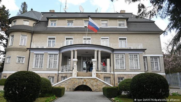 В посольствах Чехии и РФ останутся по семь дипломатов