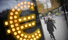 Курс евро поднялся выше 90 рублей