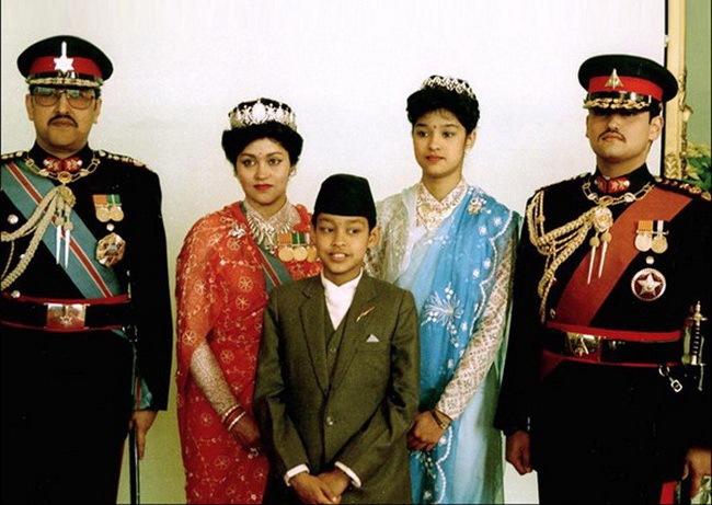 Слева направо - Король Бирендра, королева Айшвария, принц Нираджан, принцесса Шрути и наследный принц Дипендра.