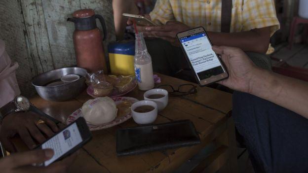 """В Мьянме """"Фейсбук"""" стал для многих синонимом интернета"""