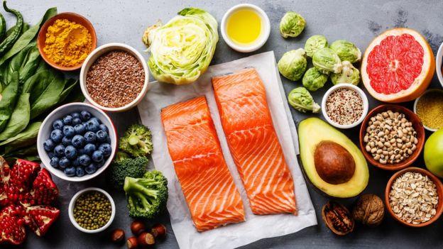 Служба здравоохранения Британии отмечает, что все необходимые человеку витамины и минералы содержатся в здоровой пище